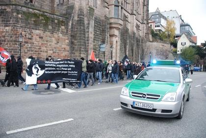 Mit Fahnen und Transparenten zogen am Samstagmittag rund 200 Demonstranten unter strenger Polizeibewachung durch die Marburger Innenstadt. Sie zeigten damit ihre Abneigung gegen den ?Marburger Diskurs?, eine Veranstaltung der Burschenschaft Germania. (Foto: Katharina Kaufmann)